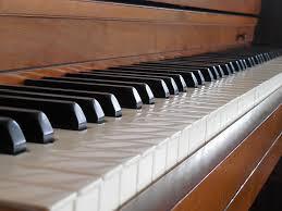 Música relajante instrumental 7 imagen de piano y teclas