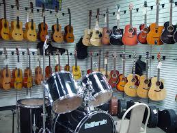 Música relajante instrumental 8 imagen de tienda de instrumentos con guitarras expuestas