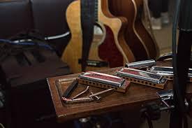 Música relajante blues 1 imagen de guitarra junto a armónica
