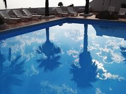 Música relajante chillout 2 imagen de piscina con sombra de palmeras