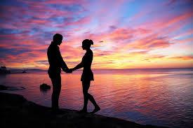 Música relajante romántica 4 imagen de sombra de pareja agarrada en atardecer